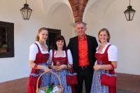 Oliver Jeschonek mit Damen der Musikkapelle Loosdorf